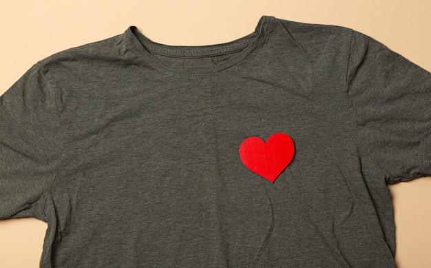 胸にハートのシワtシャツ