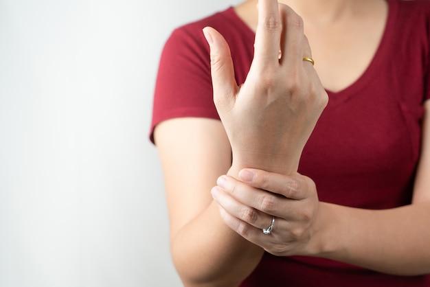 Боль в запястье руки, офисный синдром молодой женщины, концепция здравоохранения и медицины