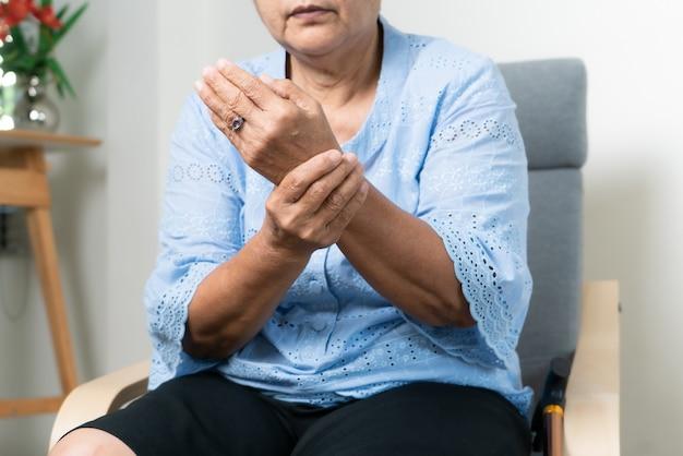 老婆の手首の痛み、シニアコンセプトの医療問題