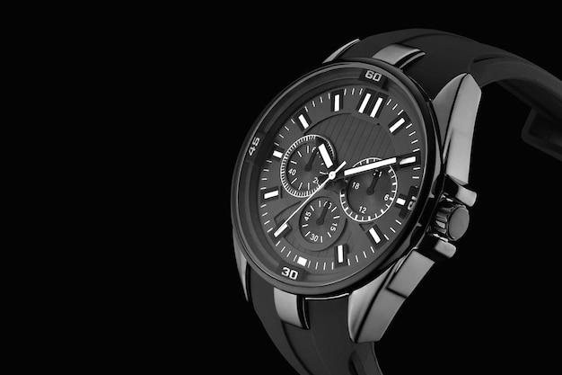 Наручные механические часы на черном фоне крупным планом