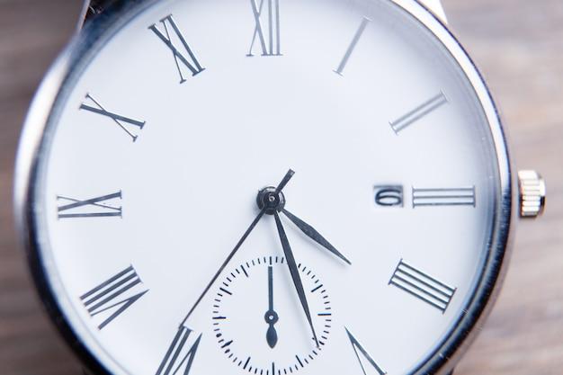 테이블에 손목 시계 클로즈업