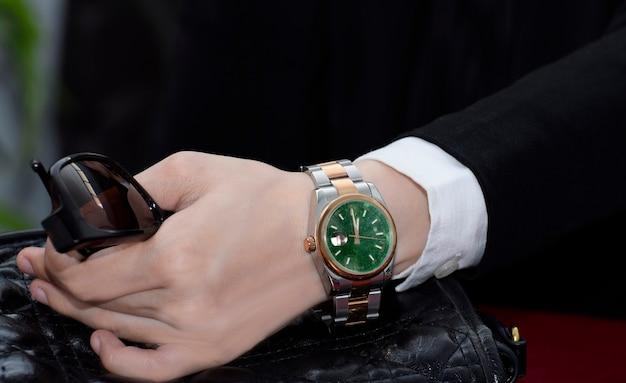 腕時計グリーンの文字盤は翡翠でできています