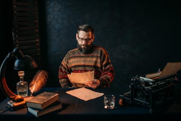 Писатель в очках читает свой литературный текст
