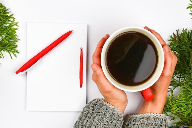 Пишет свои планы на следующий год. задача на следующий год. ваши мечты и планы. для исполнения своей мечты. новогодняя ночь.