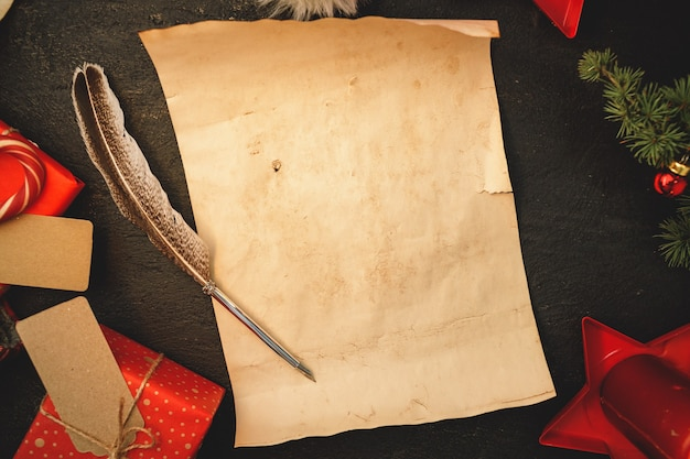 フェザー付きのビンテージスタイルでサンタコンポシトンに手紙を書く