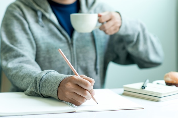 아침, 사업 아이디어에 테이블에 직장에서 종이에 쓰기. 복사 할 공간이 있습니다.