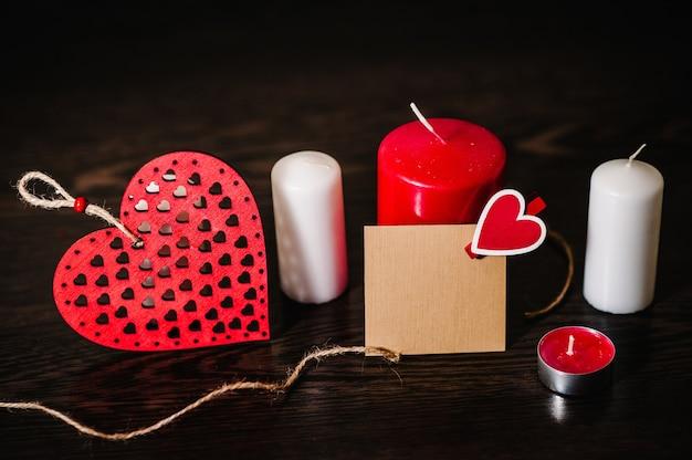 빈 종이 시트에 낭만적 인 편지를 쓰고, 텍스트 메시지에주의하십시오. 촛불 사랑 개념입니다. 붉은 마음으로 빈 인사말 카드
