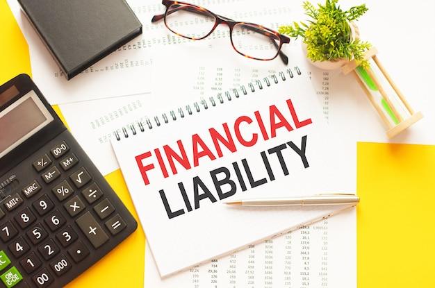 財政的責任を示すテキストを書く。白い紙のカード、赤と黒の文字、黄色の壁にテキストの財政的責任を書く。ビジネスコンセプト。
