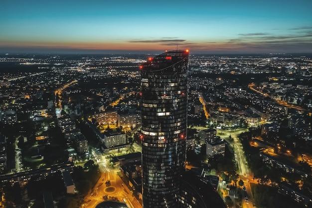 夜のヴロツワフ、高さからの街のパノラマ、ポーランド