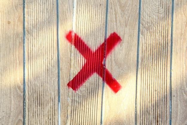 木製のベンチに間違ったサイン。 x記号