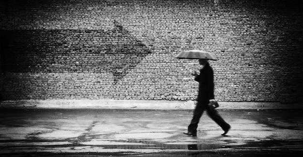 進入禁止。傘をさした男。概念的なイメージ、フィルムグレインが追加されました