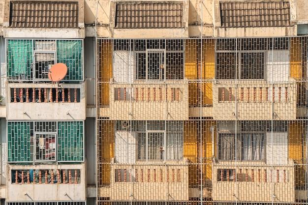 태국 수도 방콕의 전통적인 건물에 단철 바닥에서 천장까지 그릴