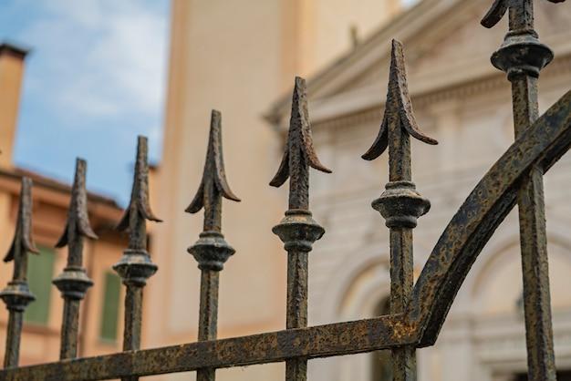 이탈리아의 고대 건물에 있는 연철 게이트 스파이크 세부 사항