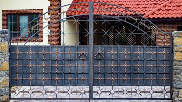 錬鉄製の門、装飾用の鍛造品、鍛造品のクローズアップ。