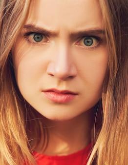 Wtf 얼굴. 화난 여자. 의사 소통, 싸움 및 증오, 하드 이혼 개념의 문제
