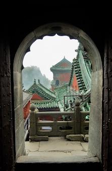 Wudangの修道院の屋根。アーチからの眺め。