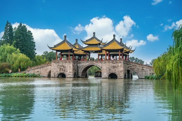 ロータスブリッジとしても知られる五亭橋は、中国揚州市痩西湖にある有名な古代の建物です。