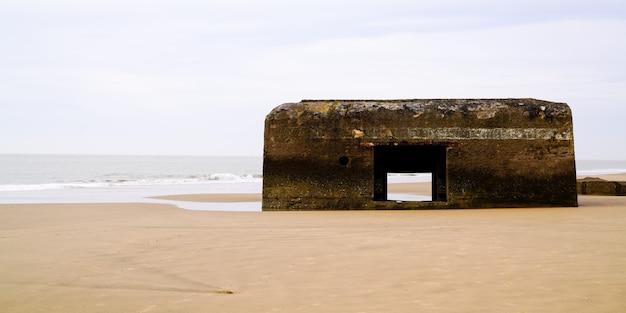 フランスの大西洋岸wwiiブロックハウスの砂浜でドイツの古いブロックハウス