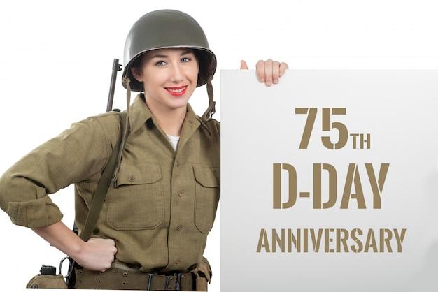 私たちに身を包んだ若い女性wwiiヘルメットと軍服