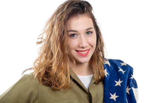 Wwiiでかなり若い女性はアメリカの国旗と私たちを制服