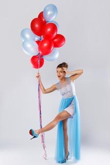 Wwoman носить красивое платье с множеством разноцветных шаров