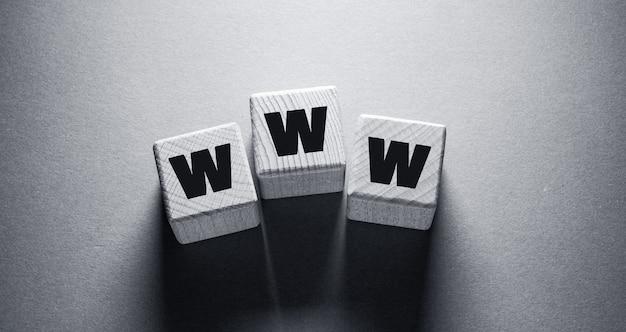 Слово www, написанное на деревянных кубиках