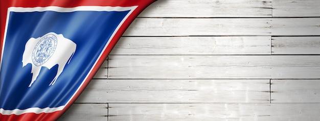 白いウッドの背景、米国のワイオミング州の旗。 3dイラスト