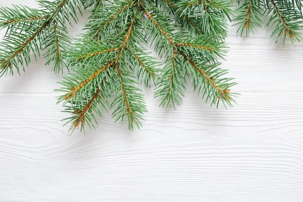 X-mas ветви дерева пихты, изолированные на белом фоне деревянные.