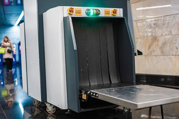 공항 또는 공공 장소에서 x선 금속 탐지기 위탁 수하물 b