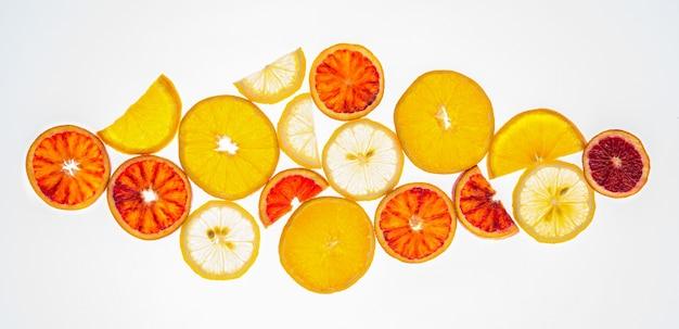 과일의 엑스레이. 루멘 배경에 감귤류 과일 오렌지와 레몬의 다른 조각. 평면도