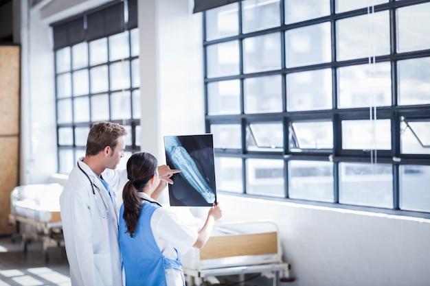 病院で一緒にx線を見る医療チーム