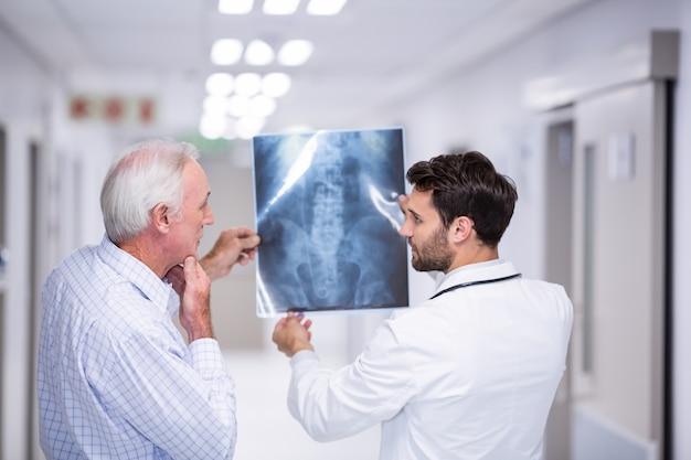 廊下で患者とx線を議論する医師