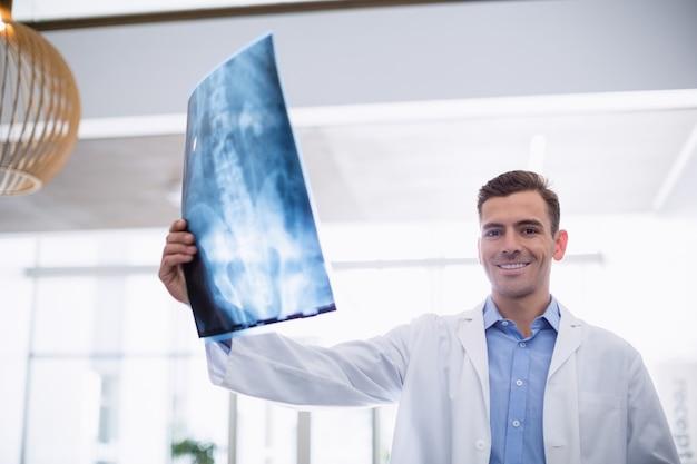 X線で廊下に立っている医者