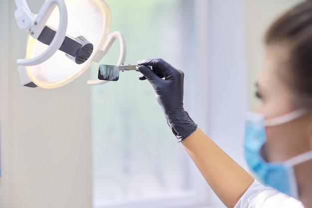 歯科医師の手で歯のクローズアップ歯科用x線ショット