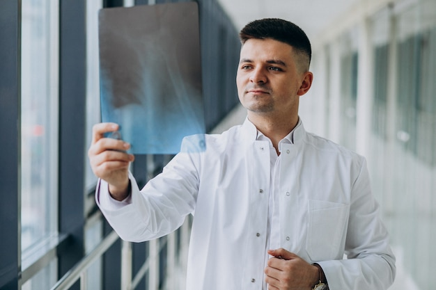 X線を見て若いハンサムな外科医