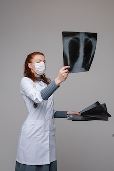X線写真をチェックする医師。赤い髪の専門の医者