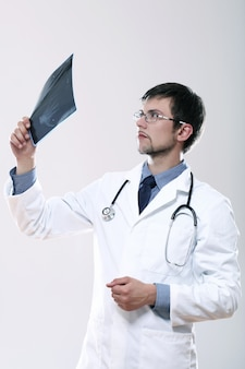X線画像を見て若い医者