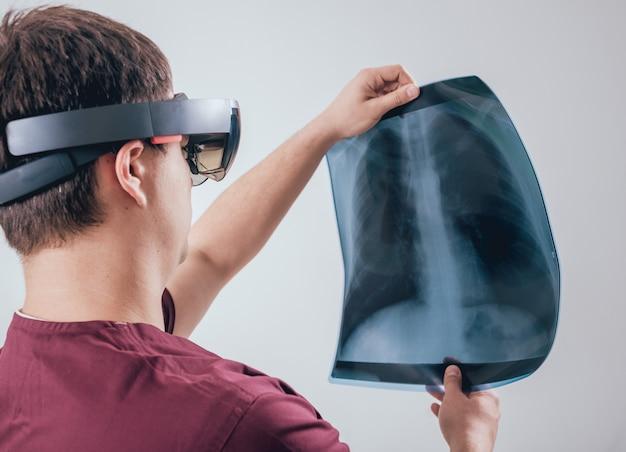 医師は拡張現実ゴーグルを使用して、人間の骨格でx線フィルムを検査します