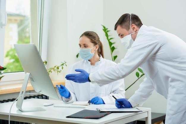 医療マスクの医師が患者のx線写真について話し合う
