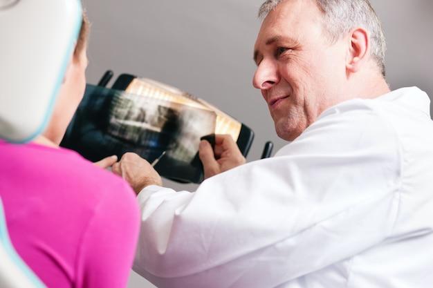 X線を患者に説明する歯科医