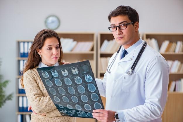 コンピューター断層撮影x線画像を見て若い医者