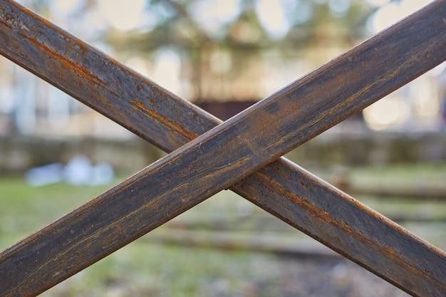 文字xの形をした鉄製のフェンスロッド。