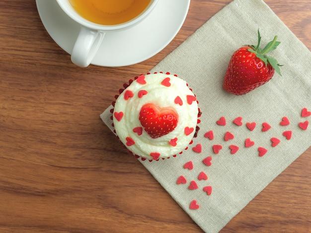 Красный бархатный клубничный торт
