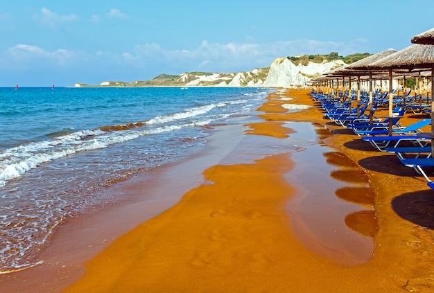 주황색 모래가있는 사이 해변. 아침보기 그리스, kefalonia. 이오니아 해.