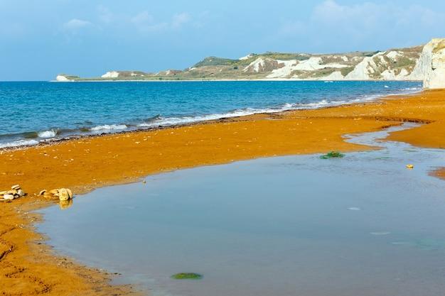 붉은 모래와 사이 비치. 아침보기 그리스, kefalonia. 이오니아 해.