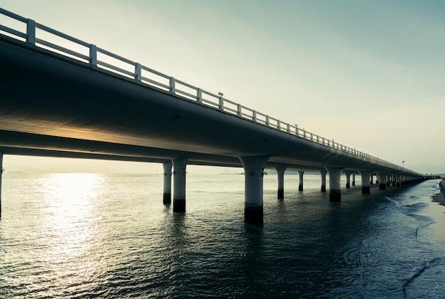 Huandao road 주변의 xiamen yanwu bridge 풍경