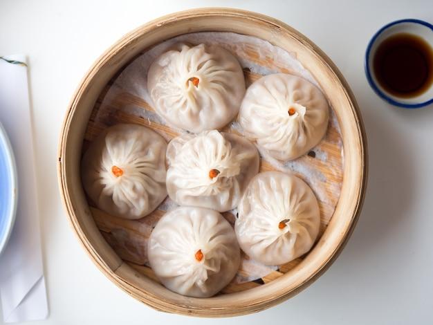 Xiaolongbao пару паштет в небольшой бамбуковой корзине.
