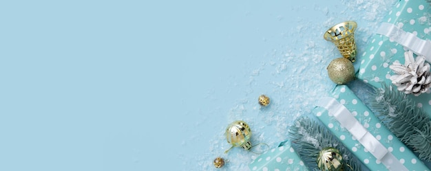 선물 상자와 크리스마스 새해 장식이 있는 크리스마스 배너와 파란색 배경에 복사 공간이 있는 눈