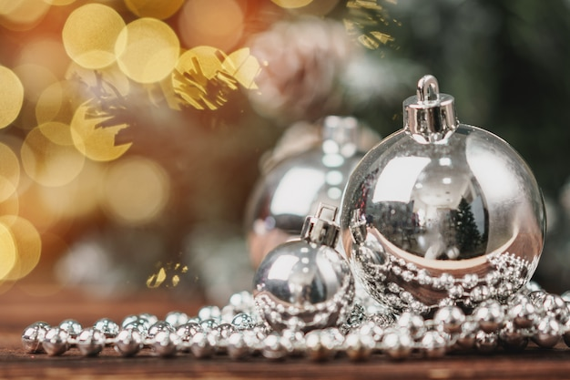 Bokeh 배경에 나무 테이블에 크리스마스 싸구려 프리미엄 사진