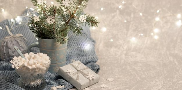 Рождественская композиция с еловыми ветками в кружке